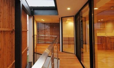 斜めに切り取った坪庭を有した家 (プライベートな屋外空間2)