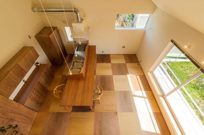 ちいさく・ひろく・ひろく   ー横井のN-Houseの部屋 ロフトからキッチンを眺める