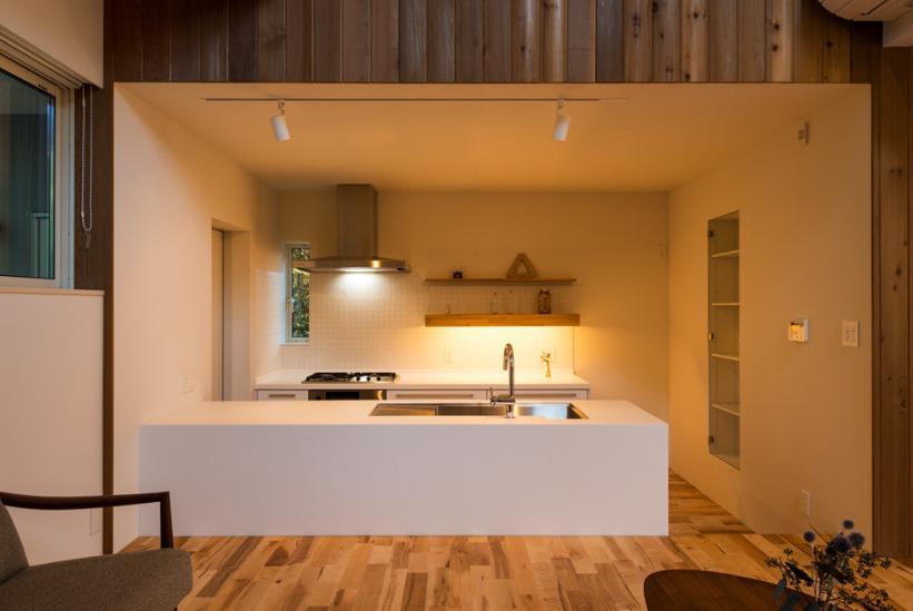 つなぐ家  ー田上のI-House (白いキッチン)