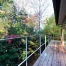 つなぐ家  ー田上のI-Houseの写真 緑で覆われている裏手のベランダ