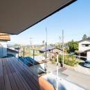 つなぐ家  ー田上のI-Houseの写真 小高い山々が望める、表のはね出しベランダ