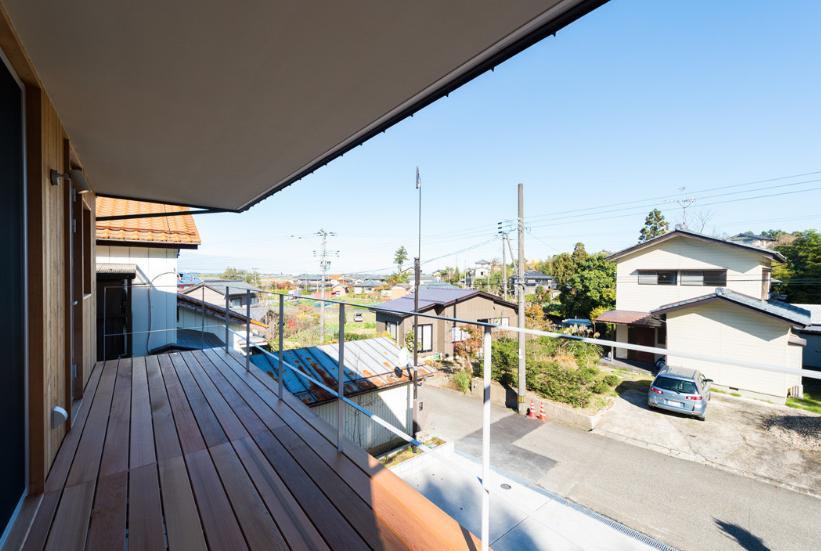つなぐ家  ー田上のI-House (小高い山々が望める、表のはね出しベランダ)