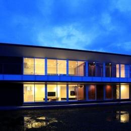 栃木県宇都宮市 House K - 太陽と風をつかまえる家 - (外観-夜景)