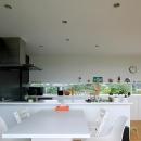 栃木県宇都宮市 House K - 太陽と風をつかまえる家 -の写真 白で統一されたダイニングキッチン