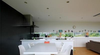 栃木県宇都宮市 House K - 太陽と風をつかまえる家 - (白で統一されたダイニングキッチン)
