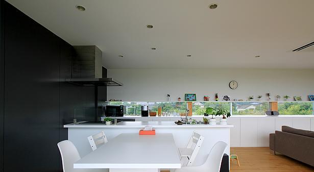 栃木県宇都宮市 House K - 太陽と風をつかまえる家 -の部屋 白で統一されたダイニングキッチン