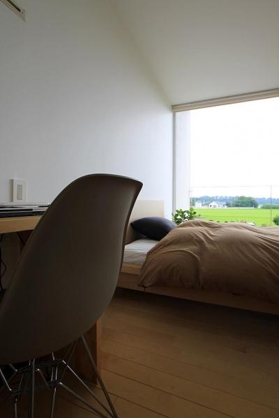 光が差し込むベッドルーム (栃木県宇都宮市 House K - 太陽と風をつかまえる家 -)