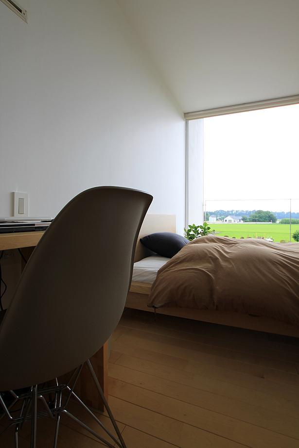 栃木県宇都宮市 House K - 太陽と風をつかまえる家 -の部屋 光が差し込むベッドルーム