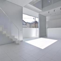 埼玉県鴻巣市 House T  - キリのキョリのイエ - (白で統一されたリビングダイニング)