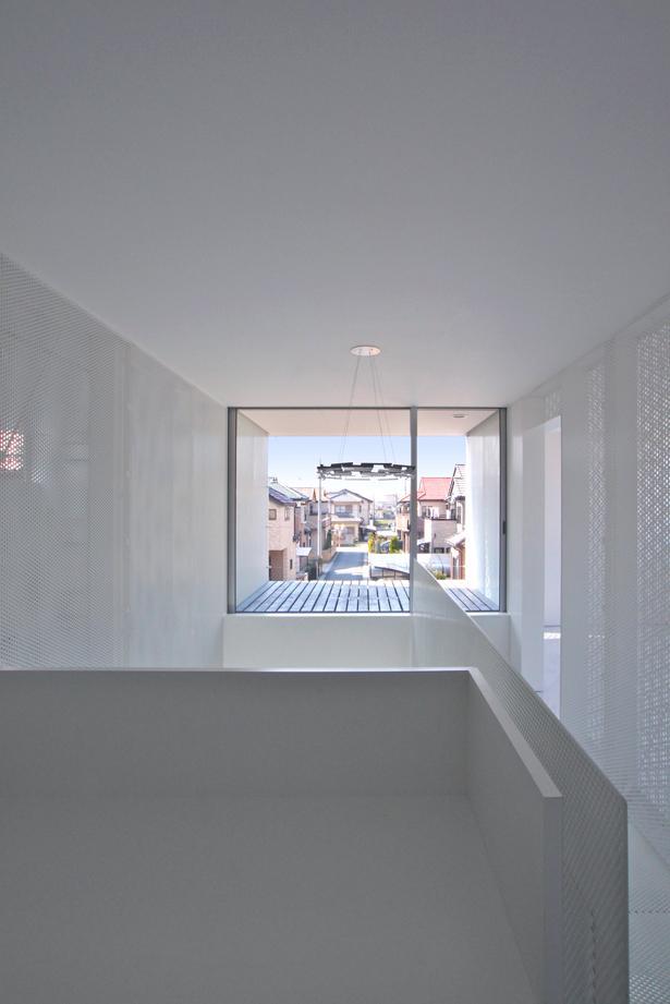 埼玉県鴻巣市 House T  - キリのキョリのイエ -の写真 廊下からテラスを眺める