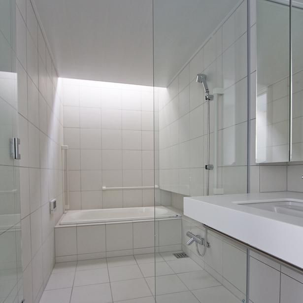 埼玉県鴻巣市 House T  - キリのキョリのイエ -の写真 白タイルのバスルーム