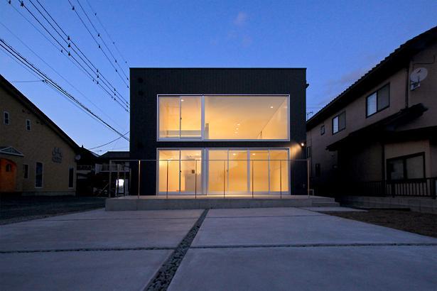 群馬県前橋市 House S  - 凹と凸 - (大きな窓のあるキューブな外観-夜景)