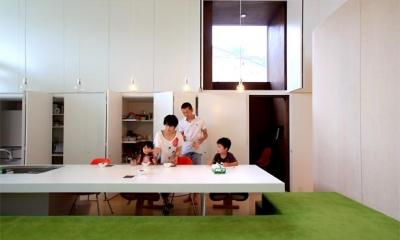 群馬県前橋市 House S  - 凹と凸 - (収納たっぷりの白いキッチン)
