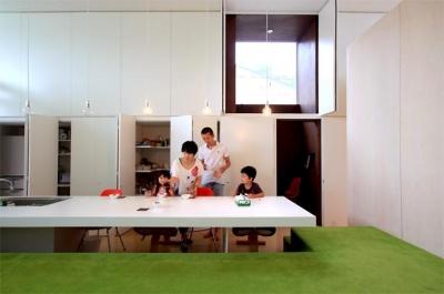 収納たっぷりの白いキッチン (群馬県前橋市 House S  - 凹と凸 -)