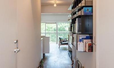 dig-スチールの本棚が趣味空間の重心に (廊下)