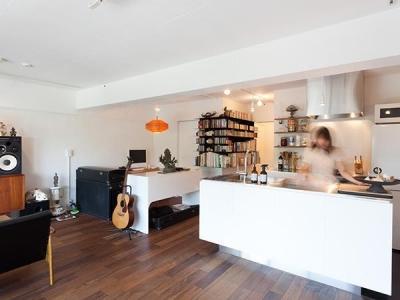 キッチン (dig-スチールの本棚が趣味空間の重心に)