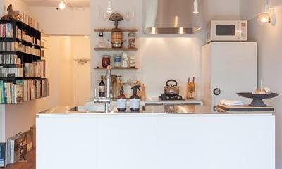 dig-スチールの本棚が趣味空間の重心に (キッチン)