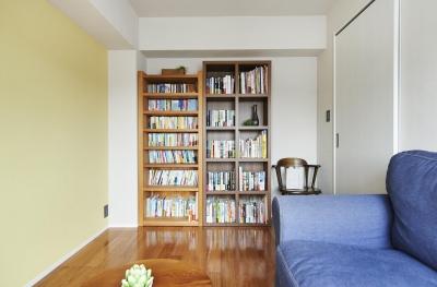 洋室・本棚 (国産スギ材の温もりと、考え抜かれた暮らしやすさ。心地よい癒しをくれる住まい。)