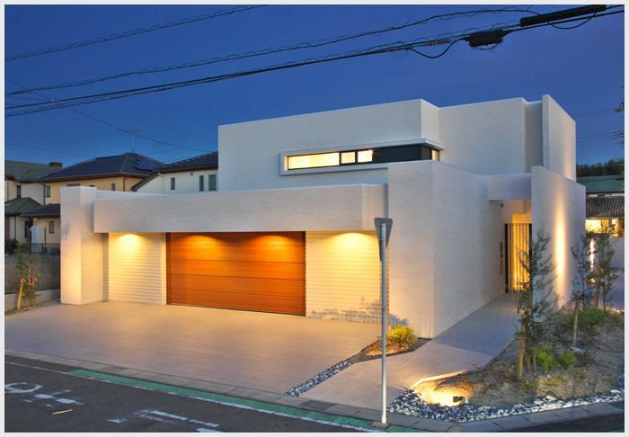 タイルと土とアートと暮らす家の部屋 ビルトインガレージのある家-夜景