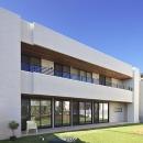 タイルと土とアートと暮らす家の写真 庭と隣接するリビングを持つ家