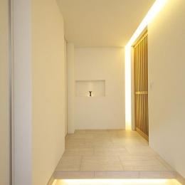 タイルと土とアートと暮らす家 (木格子の引き戸のある玄関)