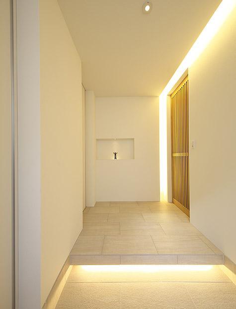 玄関事例:木格子の引き戸のある玄関(タイルと土とアートと暮らす家)