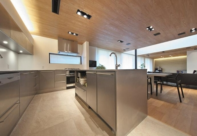 ステンレスのオーダーキッチン (タイルと土とアートと暮らす家)