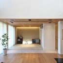 タイルと土とアートと暮らす家の写真 リビングから和室を眺める