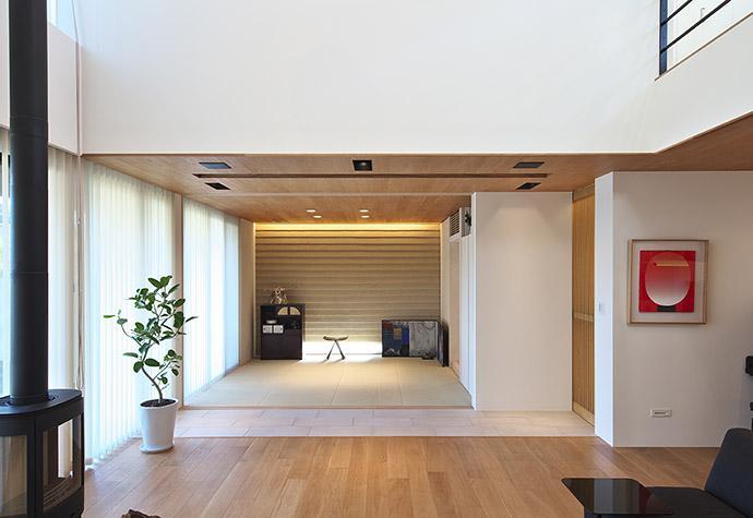 タイルと土とアートと暮らす家 (リビングから和室を眺める)