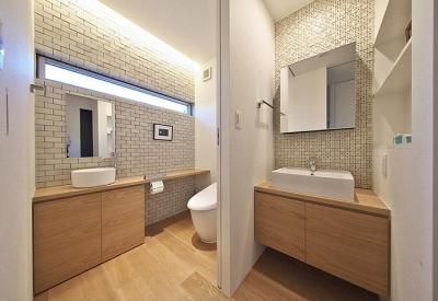 タイルと土とアートと暮らす家 (落ち着きのあるトイレと洗面室)