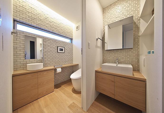 タイルと土とアートと暮らす家の部屋 落ち着きのあるトイレと洗面室