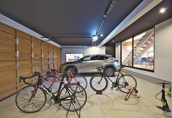タイルと土とアートと暮らす家の部屋 木製ガレージドアのビルトインガレージ