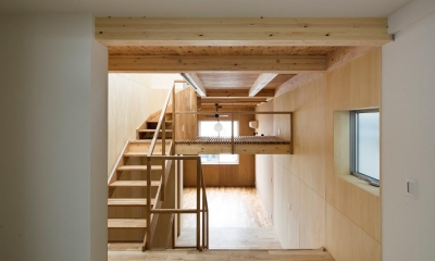 ダイニングキッチンからリビングを眺める|House in Osaki