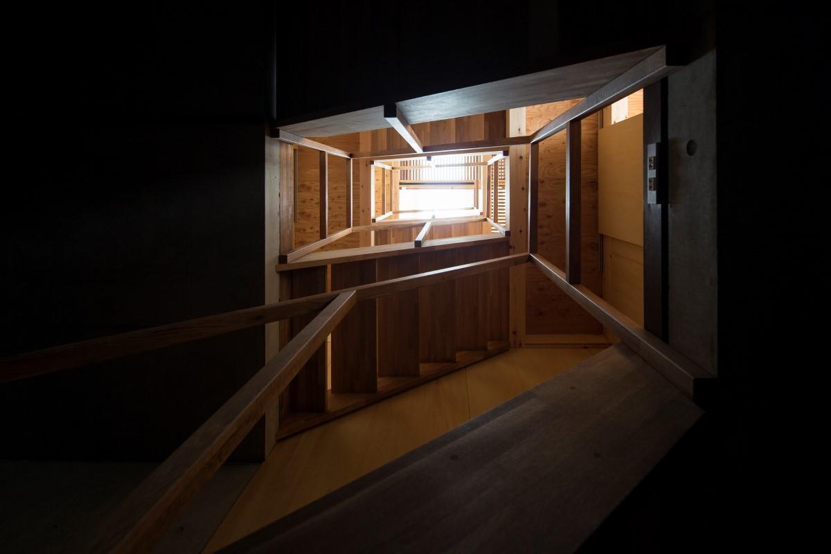 House in Osakiの部屋 階段を照らすトップライト