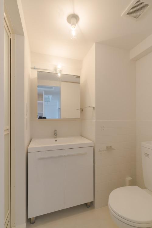 明大前のリノベーションの部屋 白いタイル張りのトイレ