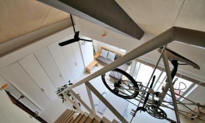 光と高さを最大限に活かして。趣味が散りばめられた大人空間 (階段)