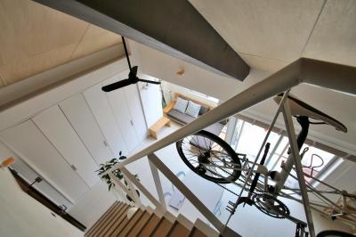 階段 (光と高さを最大限に活かして。趣味が散りばめられた大人空間)