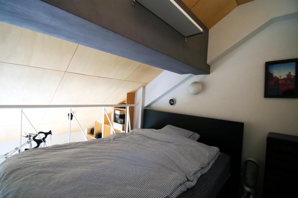 光と高さを最大限に活かして。趣味が散りばめられた大人空間 (ベッドルーム)