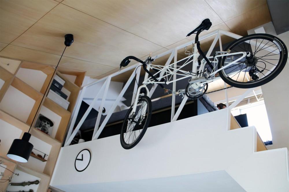 光と高さを最大限に活かして。趣味が散りばめられた大人空間 (棚&自転車)
