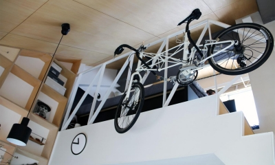 棚&自転車|光と高さを最大限に活かして。趣味が散りばめられた大人空間