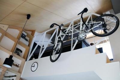 棚&自転車 (光と高さを最大限に活かして。趣味が散りばめられた大人空間)