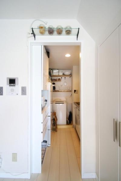 光と高さを最大限に活かして。趣味が散りばめられた大人空間 (キッチン)