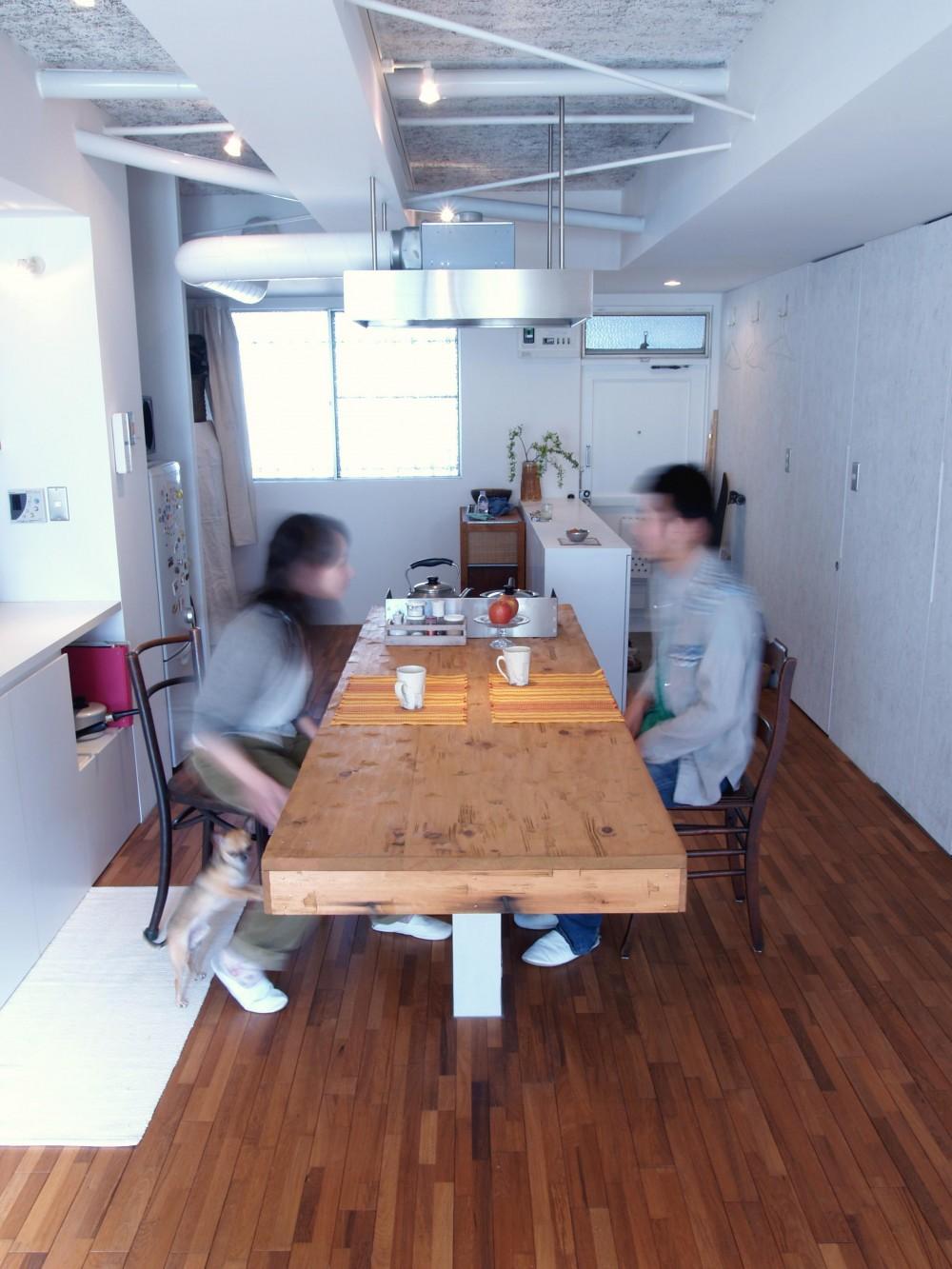 BBQスタイルのキッチンとインナーテラス (フローリングのテーブルは存在感がある)