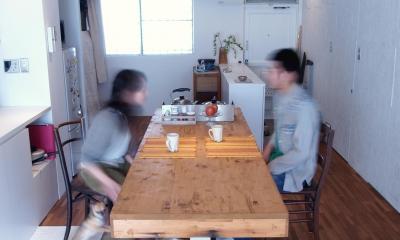 BBQスタイルのキッチンとインナーテラス