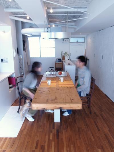 フローリングのテーブルは存在感がある (BBQスタイルのキッチンとインナーテラス)