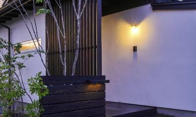 夕景 アプローチ|松本岡田の家 -切妻六.五間堂-