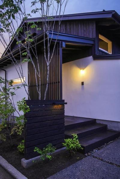 夕景 アプローチ (松本岡田の家 -切妻六.五間堂-)