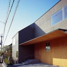 学園前の住宅 (アプローチのある玄関)