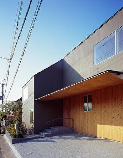 学園前の住宅 (アプローチのある玄関・ガレージ)