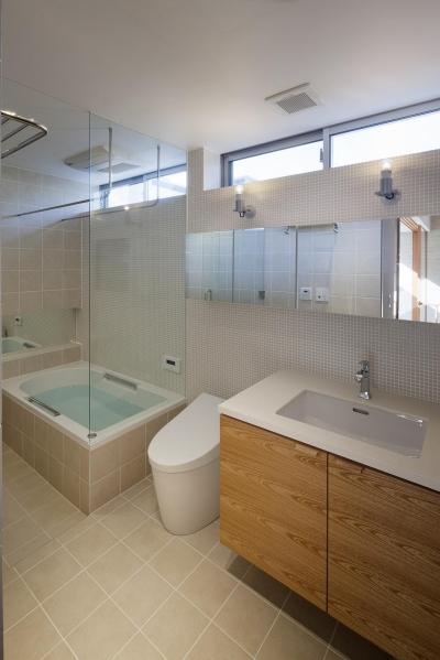 洗面室と一体化した浴室 (祐天寺の家)